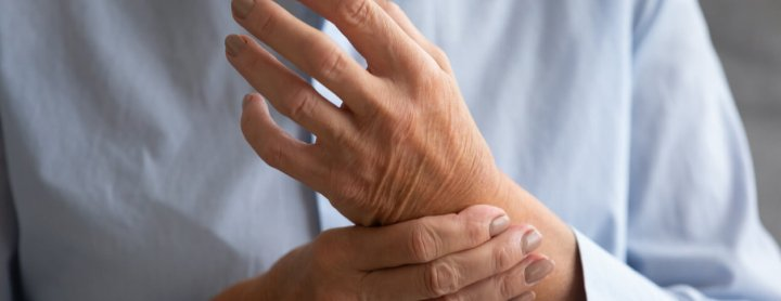 Person with joint pain in their hands due to lupus